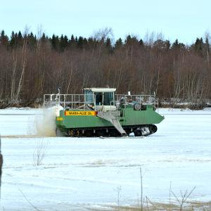 Issåg kör på isen på Kyro älv.