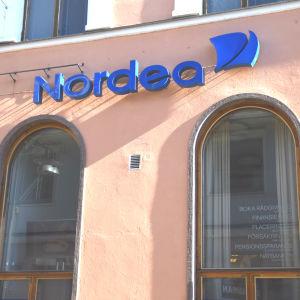Fasaden till ett av Nordeas bankkontor.