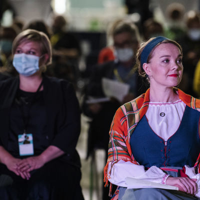 Kuvassa ovat Annika Saarikko ja Katri Kulmuni Keskustan puoluekokouksessa Oulussa syyskuussa 2020.