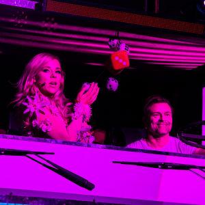 Krista Siegfrids esittää väliaikakappaleen Love Parade rekassa