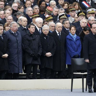 President Hollande och medlemmar av franska regeringen vid minnesstunden i Paris.