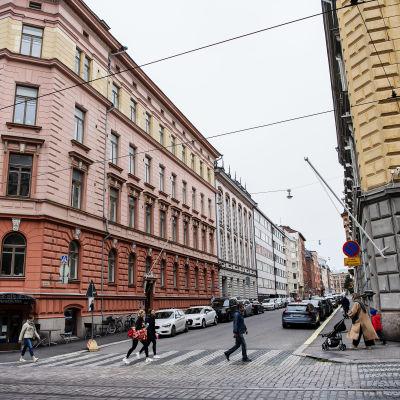 Kuvassa oikealla on suojelupoliisin päämaja on Helsingin Punavuoressa osoitteessa Ratakatu 12 syyskuussa 2020.