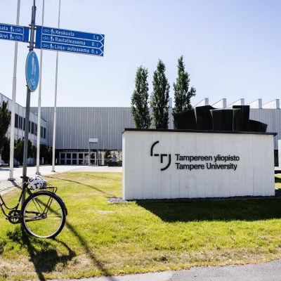 En vit byggnad med en skylt där det står Tammerfors universitet.