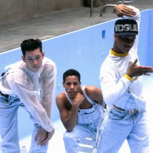 Tre av Madonnas dansare poserar framför en tom pool.