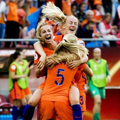 Nederländerna har inlett hemma-EM med två segrar.