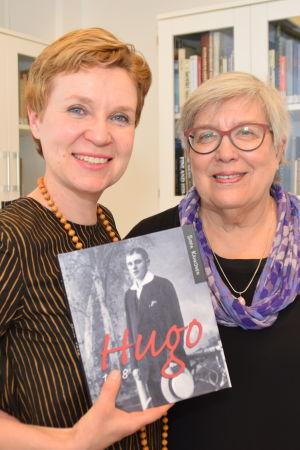 Författaren Sirpa Kähkönen har skrivit en bok om Hugo Enbom som var fängslad i Dragsvik 1918. Enboms barnbarn Eija Mäkinen har hjälpt Kähkönen med boken.