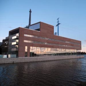 Vasa Elektriskas huvudkontor i skymningsljus.