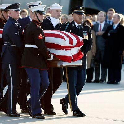 Kistan med George HW Bush var draperad med USAs flagga.