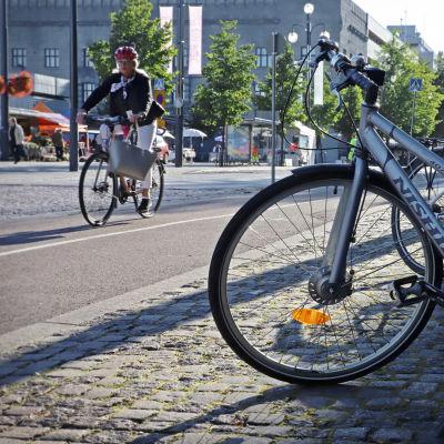 Pyöräilijä ajaa pyörätiellä Lahden keskustassa