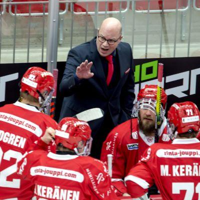 Sports tränare Risto Dufva lotsar sina spelare.
