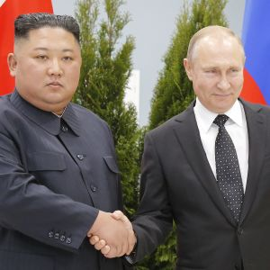 Nordkoreas ledare Kim Jong-Un och Rysslands president Vladimir Putin skakar hand inför toppmötet i Vladivostok