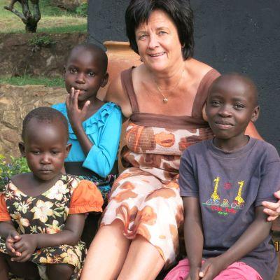 kvinna med tre afrikanska barn