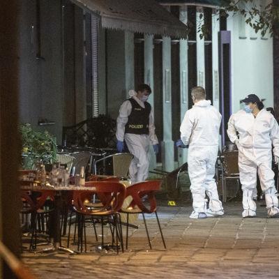 Utredare vid ett av de caféer där människor blev beskjutna i Wien på måndag kväll.