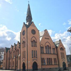 Brändö kyrka i Vasa är en kyrka i jugendstil med ljusbrun fasad.