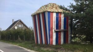 En kiosk som ser ut som en jättestor ask med popcorn