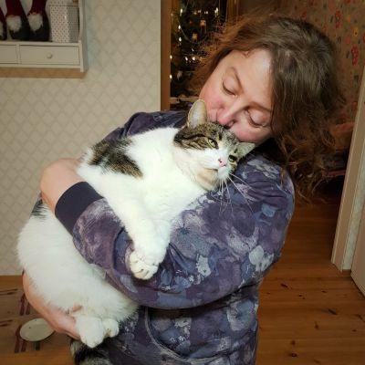 Oona Jaekel kissansa kanssa.