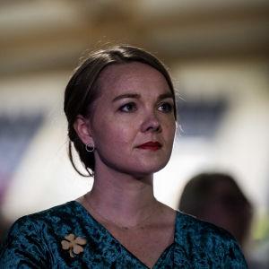 Cirka 30-årig kvinna i blå klänning. Man ser hennes huvud och bröstet.Centerns ordförande Katri Kulmuni efter att hon förlorat i ordförandevalet den 5 september 2020.