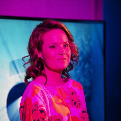 Kuvassa on Ylen tiloissa kuvattu ja A-studioon osallistunut Mari K. Niemi.
