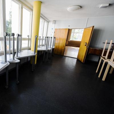 Kuvassa on Maunulan ala-asteen koulun vielä tyhjiä tiloja elokuussa 2020.
