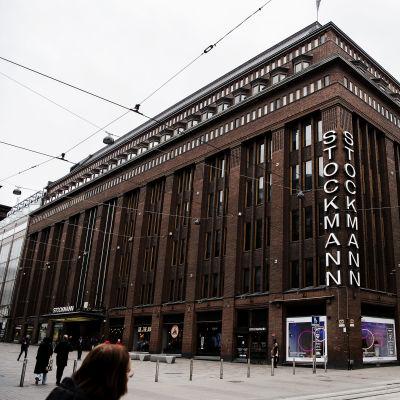 Kuvassa on Stockmannin myymälä Helsingin Aleksanterinkadun ja Mannerheimintien kulmassa.