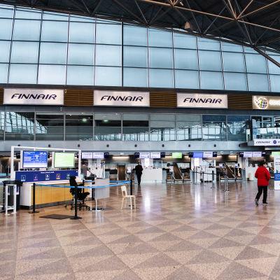Kuvassa on hiljainen Helsinki-Vantaan lentoasema.
