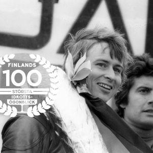 Jarno Saarinen, Giacomo Agostini och Hideo Kanaya på prispallen, Nürburgring 1973. Med logon för Finlands 100 största idrottsögonblick.