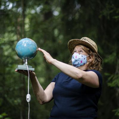 Kuvassa on Hanna Temmes, joka kuvattiin metsässä Pirkkolassa elokuussa 2020.