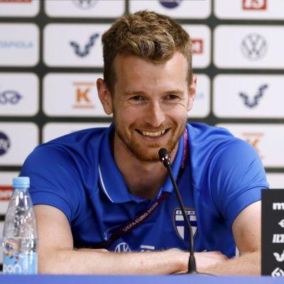Lukas Hradecky skrattar på presskonferens.