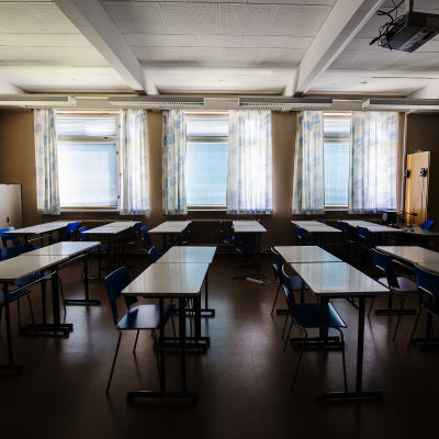 Kuvassa on tyhjä luokkahuone Hyvinkäällä elokuussa 2020.