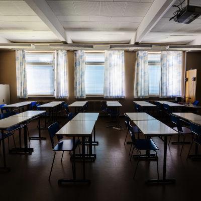 Ett tomt klassrum i Hyvinge i augusti 2020.