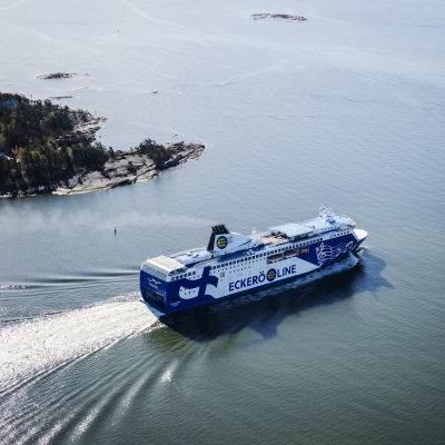 Kuvassa on Helsingistä lähtenyt Eckerö Linen M/S Finlandia-alus toukokuussa 2020.