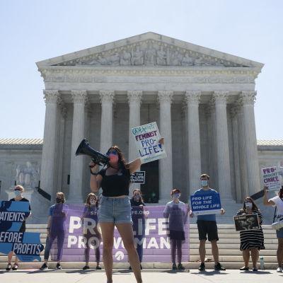 Abortmotståndare utanför Högsta domstolen i Washington.