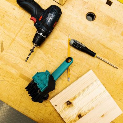 Kuvassa on työkaluja teknisen käsityön tunnilla.