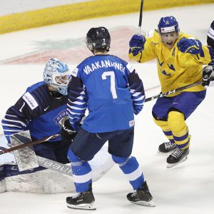 Svenska anfallaren Rickard Hugg jublar över ett av Juniorkronornas mål i 2-1-segern över Finland.