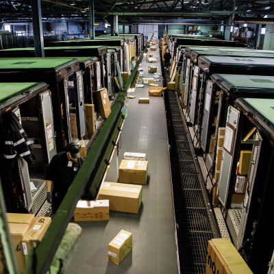 Kuvassa on paketteja kuljettava linjasto UPS:n Vantaan toimitiloissa.