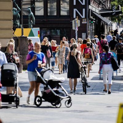 Kuvassa on ihmisiä Helsingin keskustassa heinäkuussa 2020.
