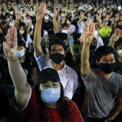 Unga demokratiaktivister i Thailand använder tre-finger-tecknet från filmserien Hungerspelen som sitt gemensamma protesttecken.