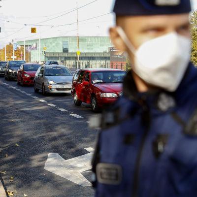 Sluta straffa bilister kör längs med Mannerheimvägen utanför Riksdagshuset