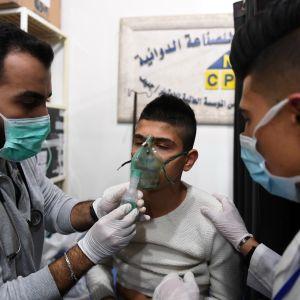 Ett av offren för en påstådd kemvapenattack vårdas på sjukhus i Aleppo.