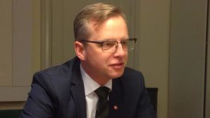 Mikael Damberg i profil i kavaj och slips, på näringsdepartementet.