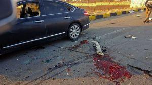 Blod utanför den bil som Fakhrizadeh färdades i då han utsattes för den dödliga attacken utanför Teheran på fredagen.