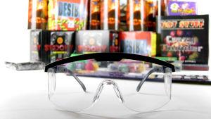 Skyddsglasögon av plast för användning vid fyrverkerier.