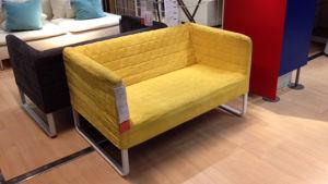 Keltainen sohva Ikea-myymälässä.