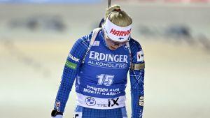 Mari Eder hänger med huvudet då hon åker i mål.