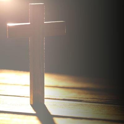 Ett kors i motljus.