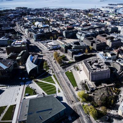 Kuvassa on Eduskuntatalo Helsingissä toukokuussa 2020.