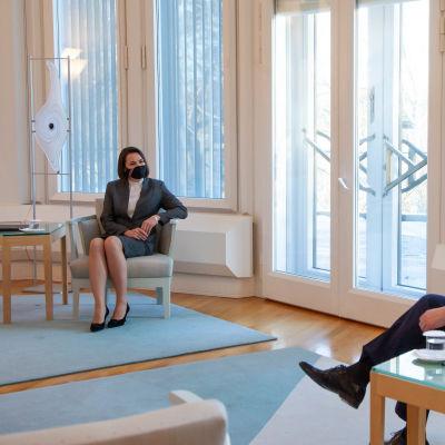 Svjatlana Tsihanouskaja ja Sauli Niinistö istuvat maskit kasvoillaan turvavälin päässä toisistaan