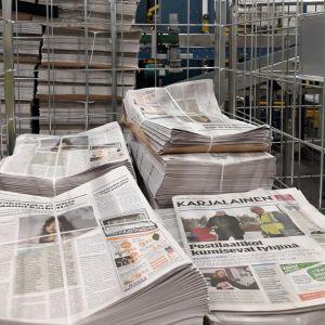 Sanomalehti Karjalaisia on nipussa rullakossa.