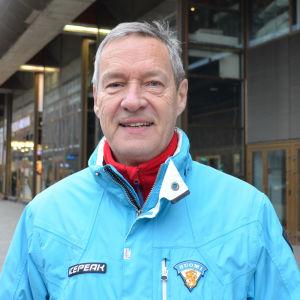 Harry Bogomoloff på centralgatan i Helsingfors