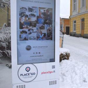 digital skylt i gatubilden